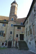In dem Wassergraben befinden sich unzählige Karpfen. Sobald man auf der Brücke steht und einen Bilck auf das Wasser wirft, sieht man unzählige Schwärme an der Wasseroberfläche. In der Burg befindet sich ein Cafe und ein Museum. Das Museum ist spezial für Kinder gedacht. Der Park rund um der Burg herum besteht aus kleinen Seen, Gräften-Systemen und Wanderwegen. Im Jahr 1271 entschloss sich der münsterische Fürstbischof zum Bau dieser Burg um sich gegen Feinde zu währen. So entstand eine Verteidigungsanlage mit Wohn- und Wirtschaftsgebäuden. Allerdings fiel 1521 ein Teil der Gebäude einem Feuer zum Opfer. Im Stil der Renaissance wurde der abgebrannte Teil wieder aufgebaut. Seit dem 1600 Jahrhundert ist die Burg Vischering fast unverändert eine westfälische Wasserburg aus dem Mittelalter.