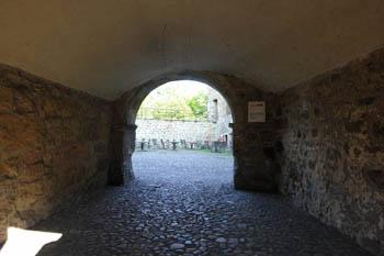 Links, das Tor führt in den Innenhof und rechts der Innenhof der Burg Vischerring. Wie dick und fest die Mauern sind, stellt man beim hindurchgehen fest.